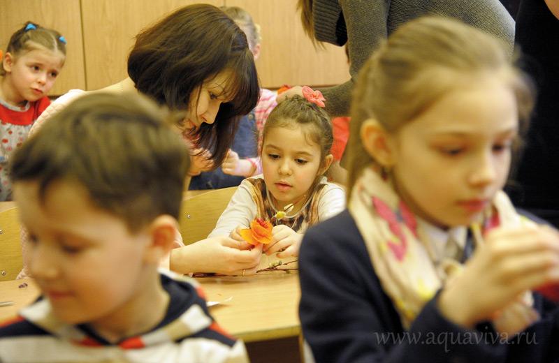 Дети и родители на занятиях «Школы малышей»