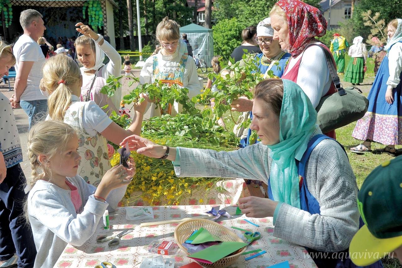 В Центральном сквере поселка в дни больших православных праздников прихожане храма организуют концертную программу, мастер-классы и игры для всех желающих