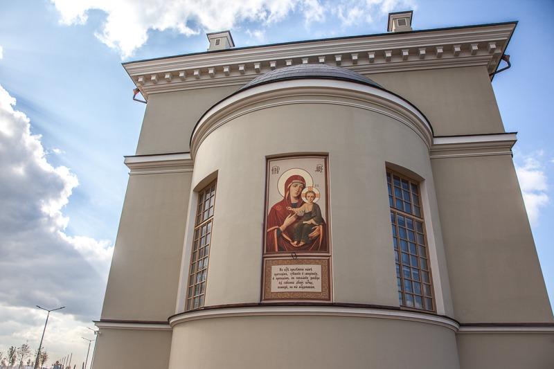 Смоленская икона Божией Матери в нише алтарной абсиды
