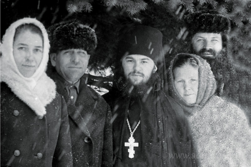 Иеромонах Варсонофий с матерью (справа) и родственниками.