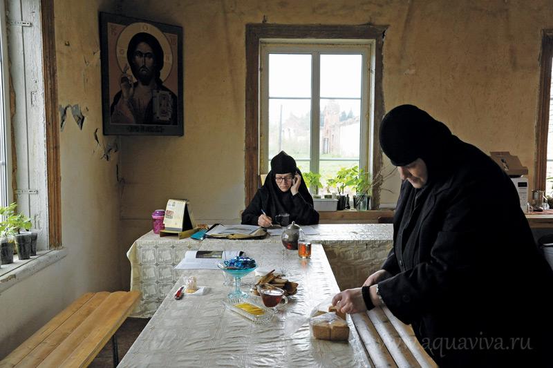 Монахиня Феофания выполняет административные функции, а на монахиню Иоанну ложится большая часть хозяйственных хлопот