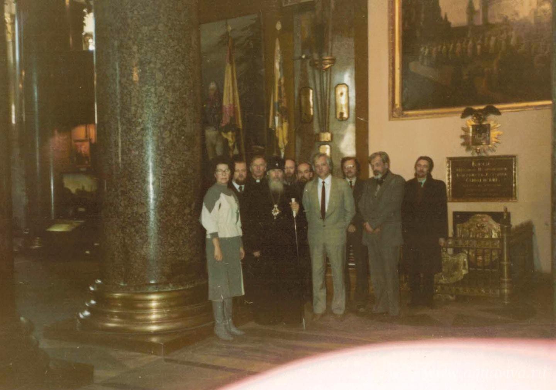Митрополит Алексий с представителями епархии и директор Музея истории религии Станислав Кучинский с сотрудниками в день передачи мощей