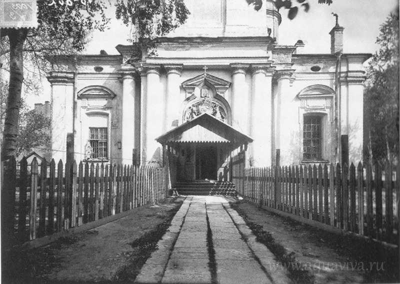 Главный вход в Князь-Владимирский собор. Снимок 1927 года, во времена, когда собор еще не был передан Московской Патриархии из ведения группы «Живая церковь».