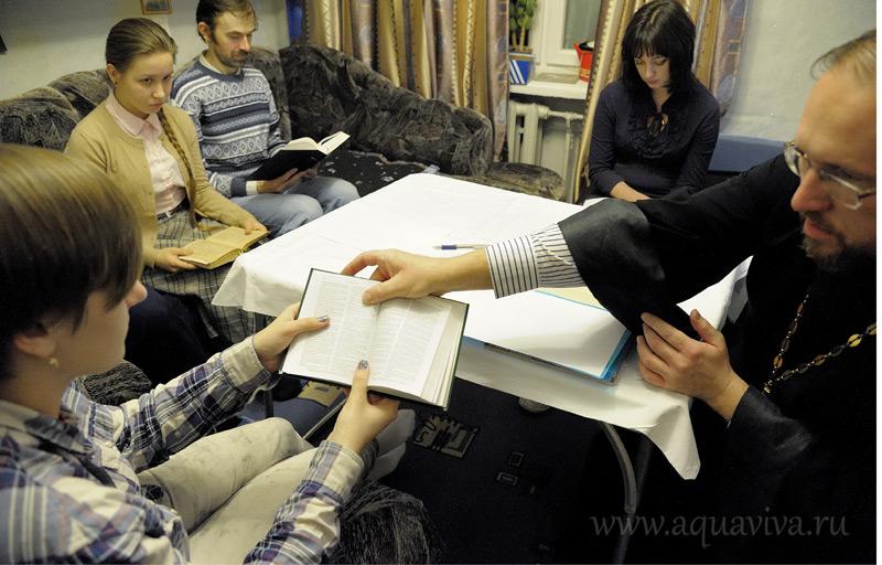 Совместное чтение отрывков из Евангелия предваряет дискуссии на евангельские темы во время еженедельных встреч в общежитии Университета в Петергофе