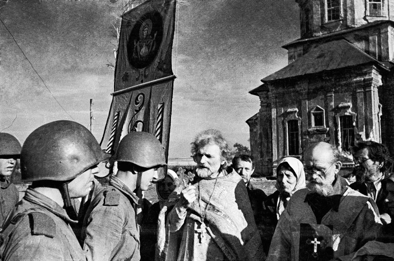 Благословение партизан псковским священником Мефодием Беловым. 1943 год.