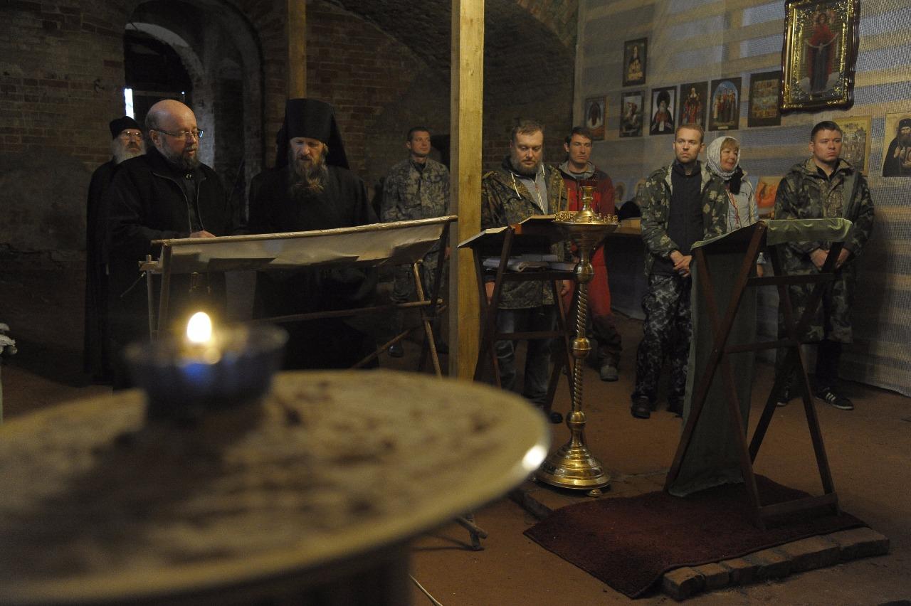 Литургия в церкви Покрова Пресвятой Богородицы служится, только когда в монастырь приезжает священник