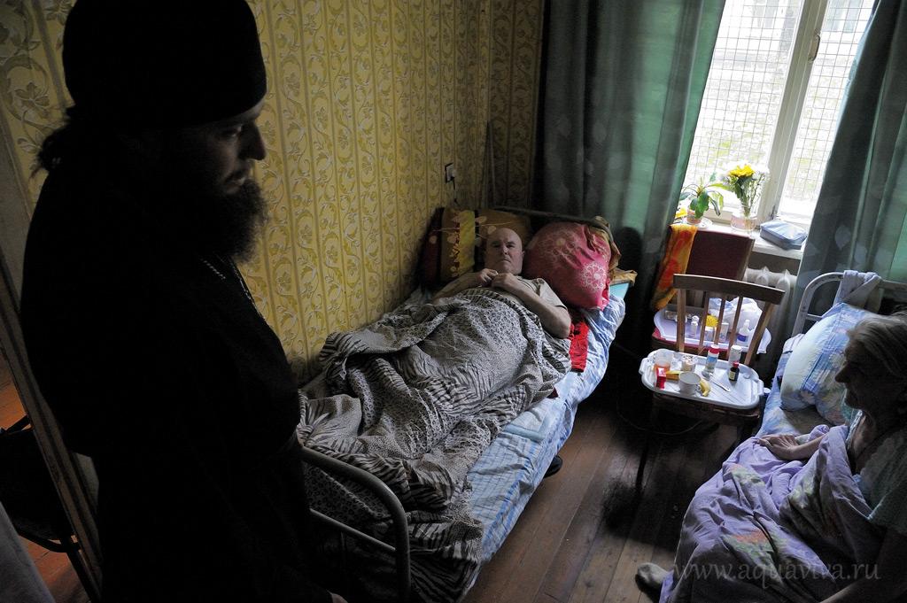 В этой крохотной комнатушке, на стоящих друг напротив друга кроватях, дядя Коля и баба Нина проводят почти все время