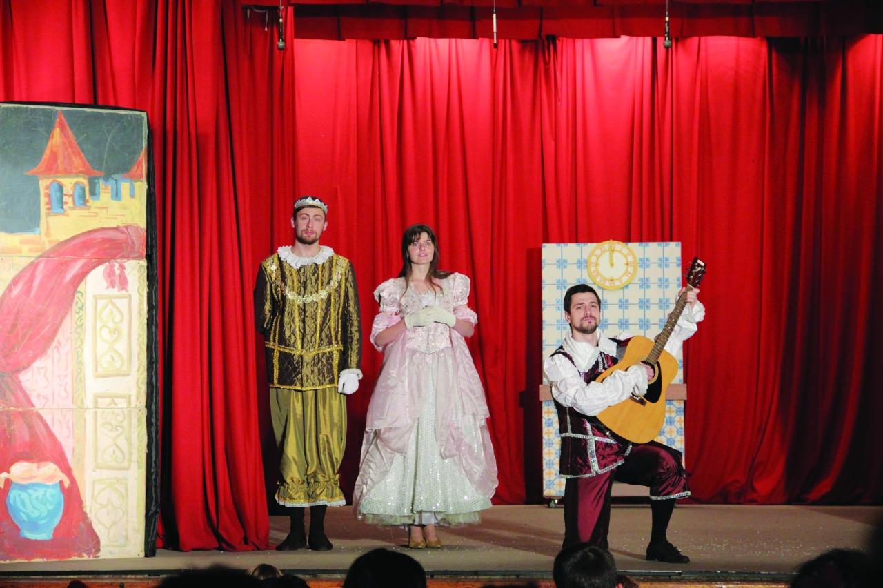 Первым спектаклем «Нашего маленького театра» стала «Золушка» по пьесе Е. Шварца. В главной роли - Ольга Братчина