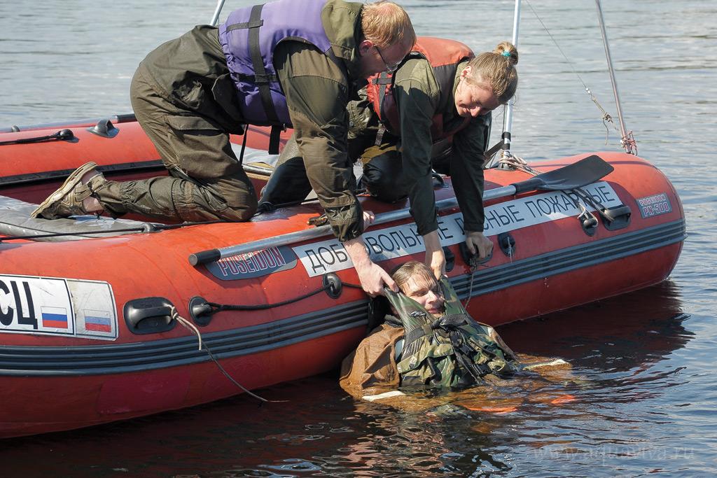 Пока нет пожаров, волонтеры тренируются вытаскивать друг друга из воды