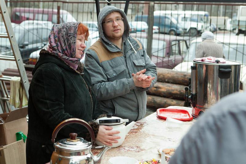 Михаил Сафонов по воскресеньям организует чай после богослужения. Ему помогают другие прихожане