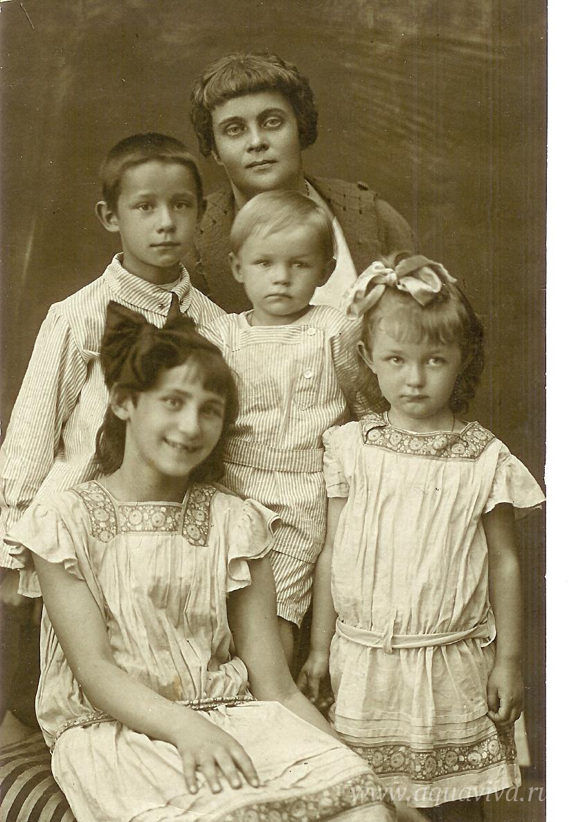 Вера Философовна с детьми Философом, Сергеем, Верой и Екатериной.1926 год