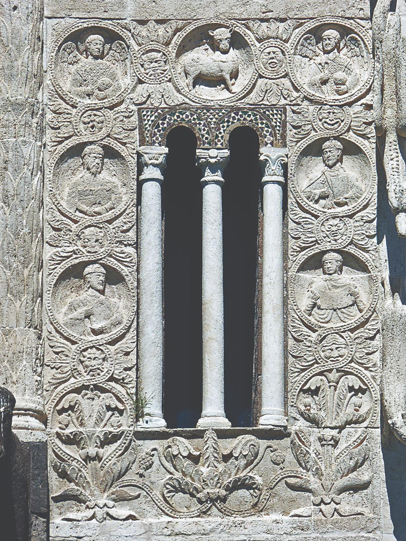 Небесная сфера: Агнец Божий, архангелы, отцы Церкви. Декор базилики Сан-Пьетро. Тускания, Италия. XI век