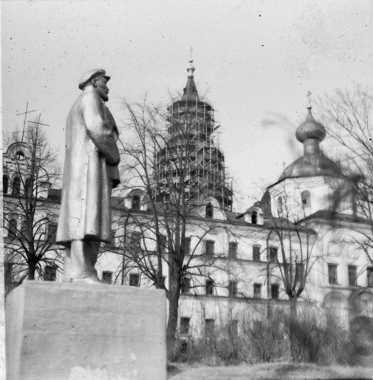 Памятник Ленину перед центральной усадьбой монастыря. Начало 1980-х. годов. Фотография сделана последним директором Дома инвалидов Владимиром Окуневым