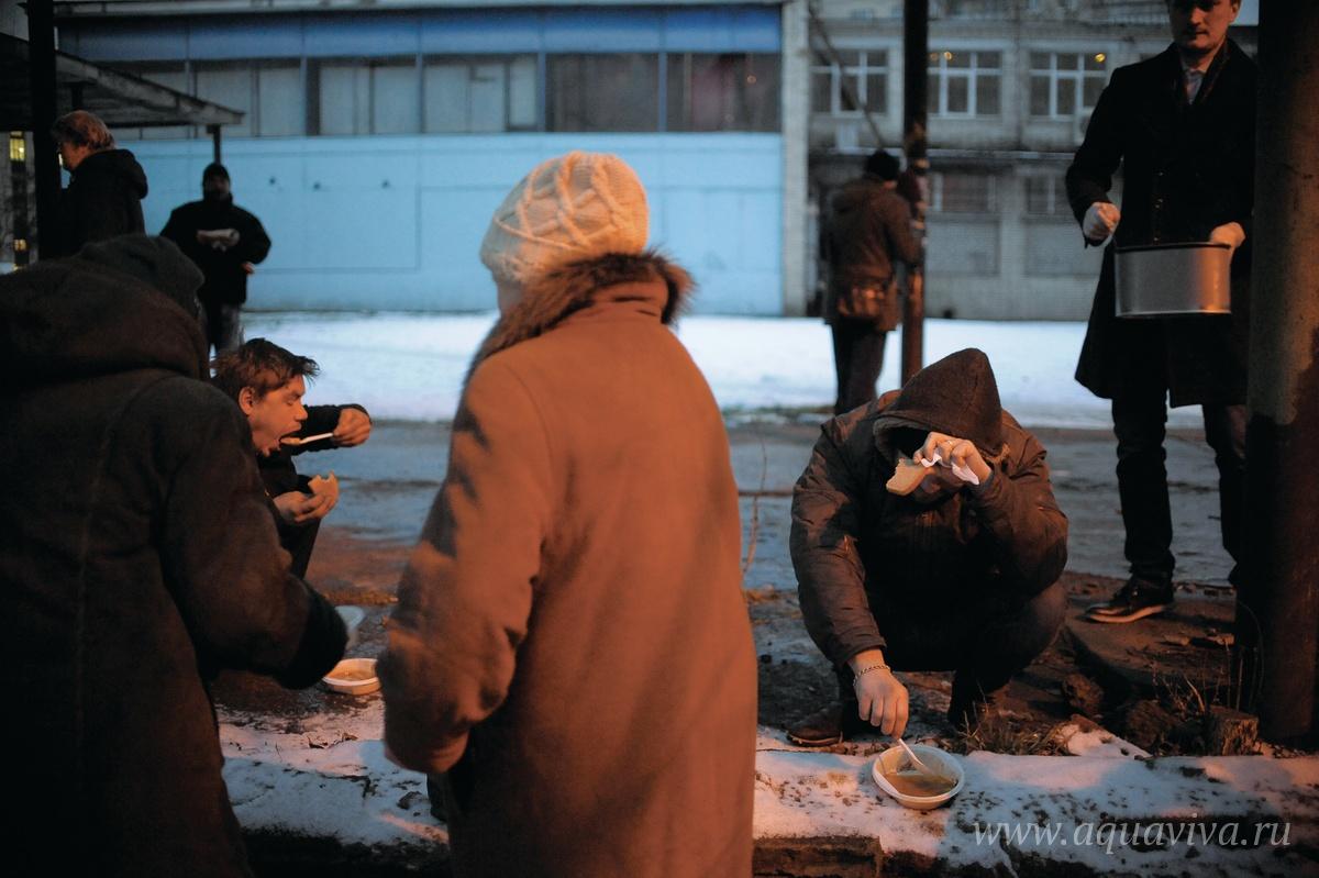 Если раньше бездомные могли, поев, побросать тарелки, то сейчас они убирают не только за собой, но еще и помогают другим