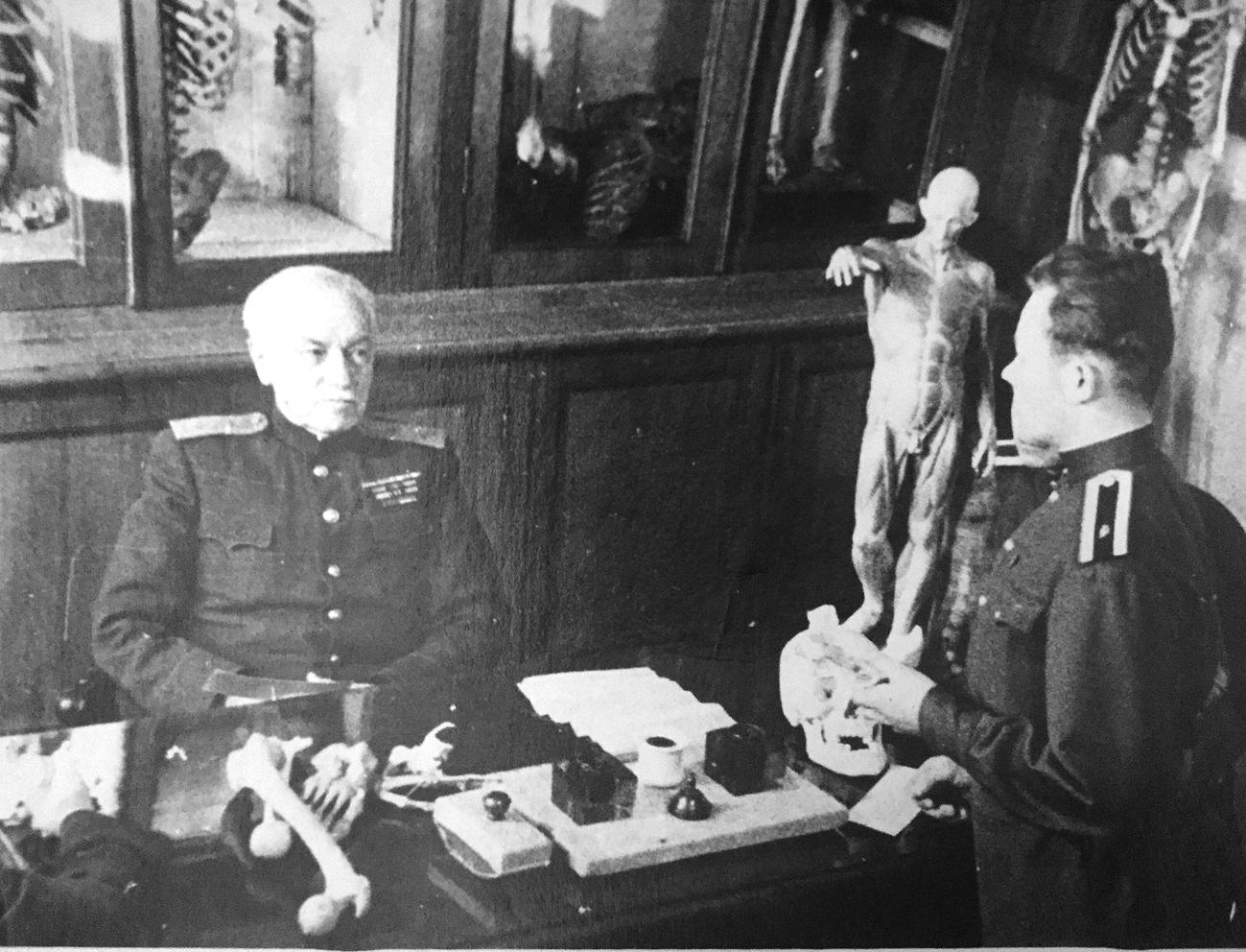 В.Н. Тонков (1872‒1954), русский и советский анатом, генерал-лейтенант медицинской службы, принимает экзамен. 1940-е годы
