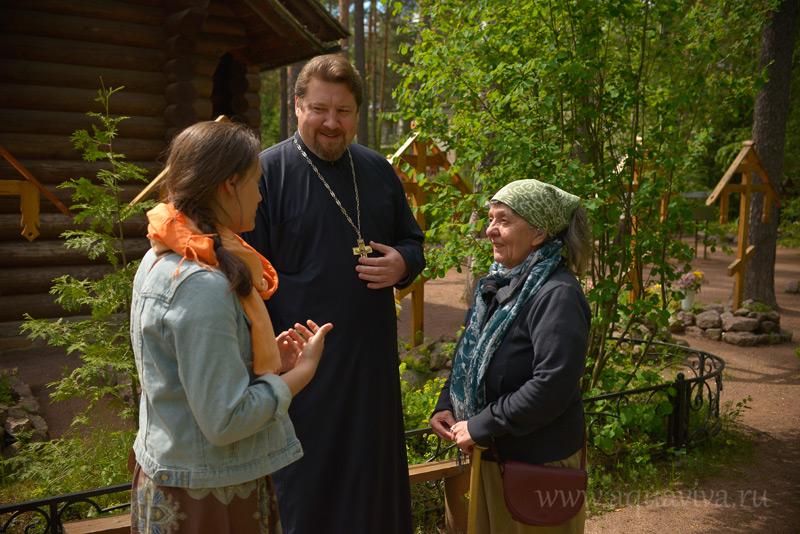 Протоиерей Георгий Преображенский с правнучкой старца Серафима Натальей Даниловной (справа)