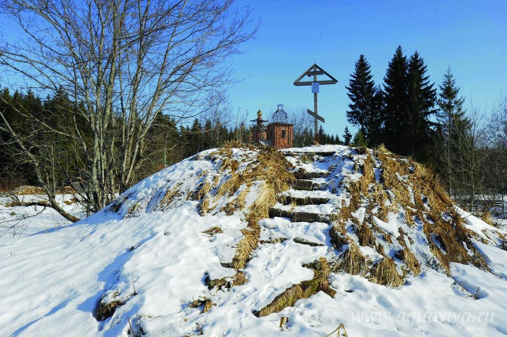 Установка креста на монастырской голгофе была одним из первых шагов в восстановлении Макарьевской обители