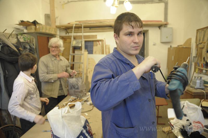 В столярной мастерской мальчишки занимаются с Аркадием Смирновым