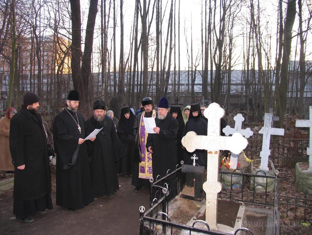 Члены епархиальной комиссии совершают молебен перед обретением мощей преподобномученицы Марии