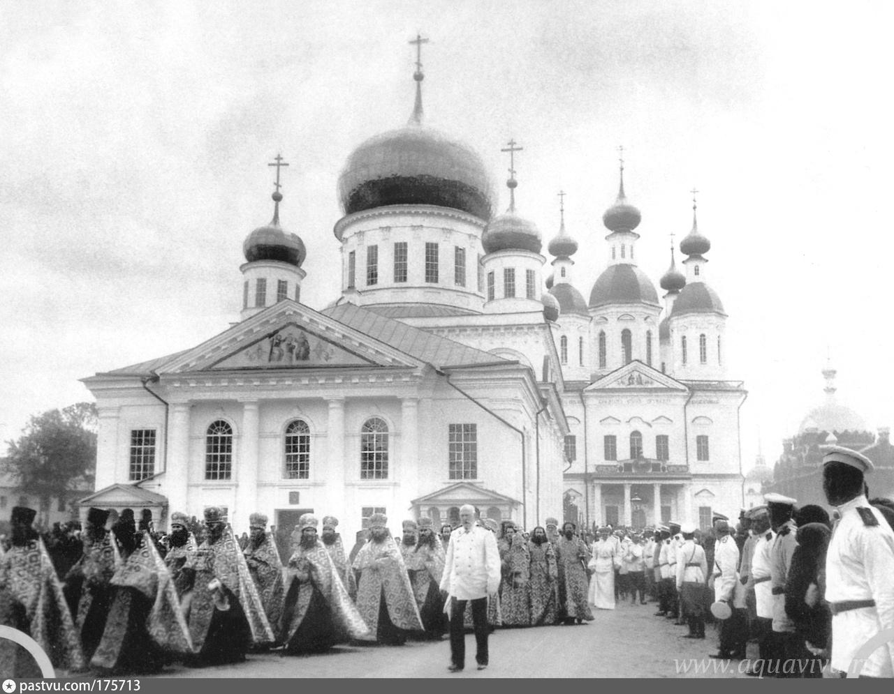 Торжественное прославление преподобного Серафима Саровского. Саров, 1 августа 1903 года. В сонме духовенства — протоиерей Философ Орнатский