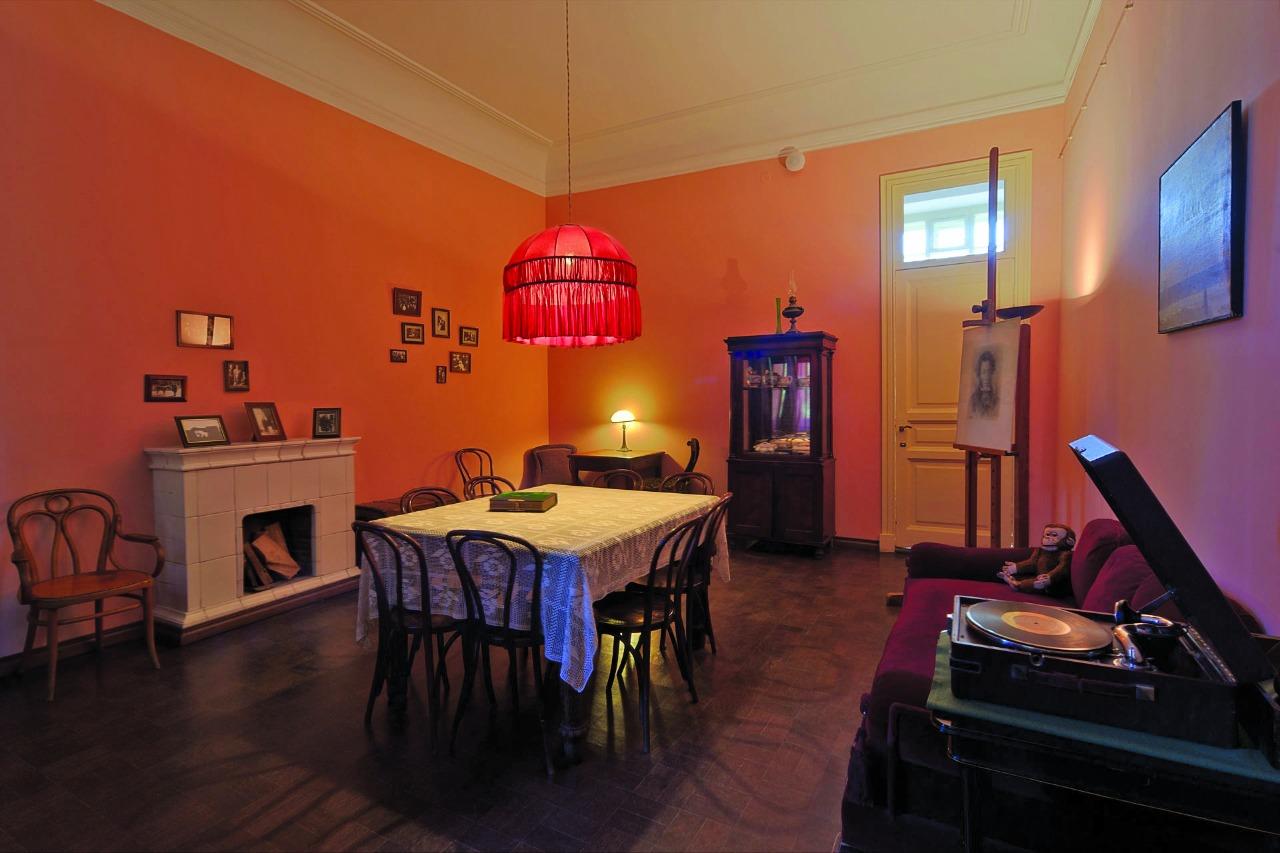 Столовая Анны Ахматовой в 1920-1930-х годах была центром всей квартиры. Здесь играли в шахматы, заводили патефон, принимали друзей. Под абажуром собирались жильцы и их гости