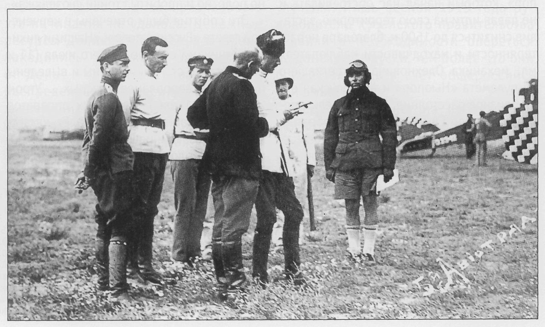 Генерал П.Н. Врангель принимает доклад летчика 5-го авиаотряда