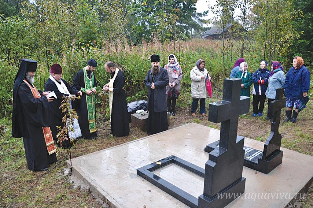 Панихида на могиле протопресвитера в селе Желоби (Вологодская область). 8 сентября 2015 года