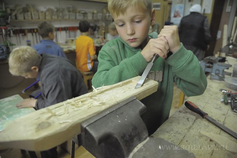 В воскресной школе девочкам преподаются вышивание, а мальчикам столярное дело