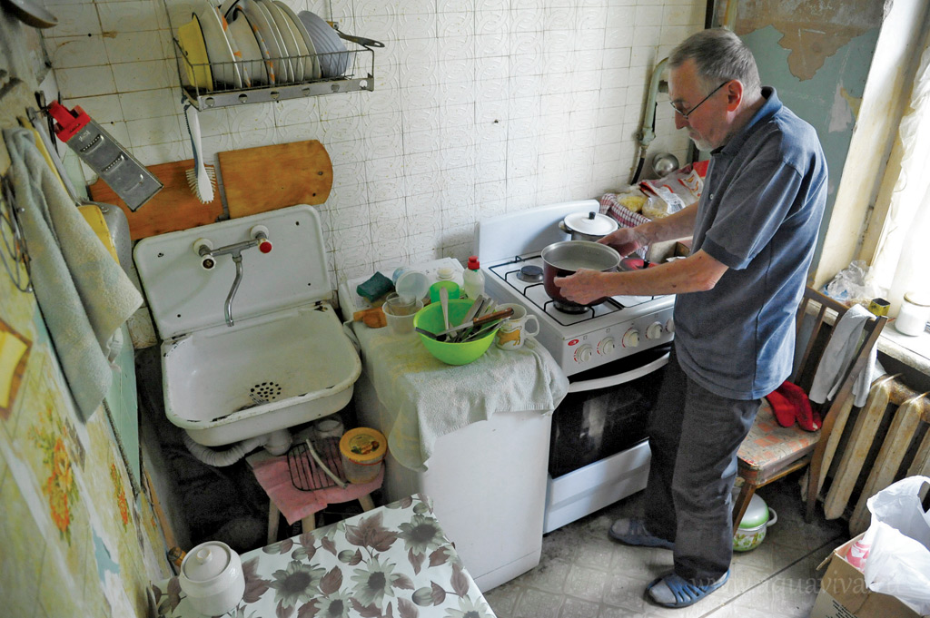 Иван Никулин живет со стариками постоянно, стирает белье, выносит за ними утки