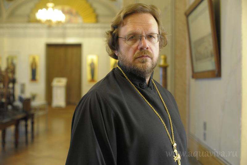 Протоиерей Кирилл Копейкин, настоятель храма при СПбГУ, тоже в свое время окончил университет