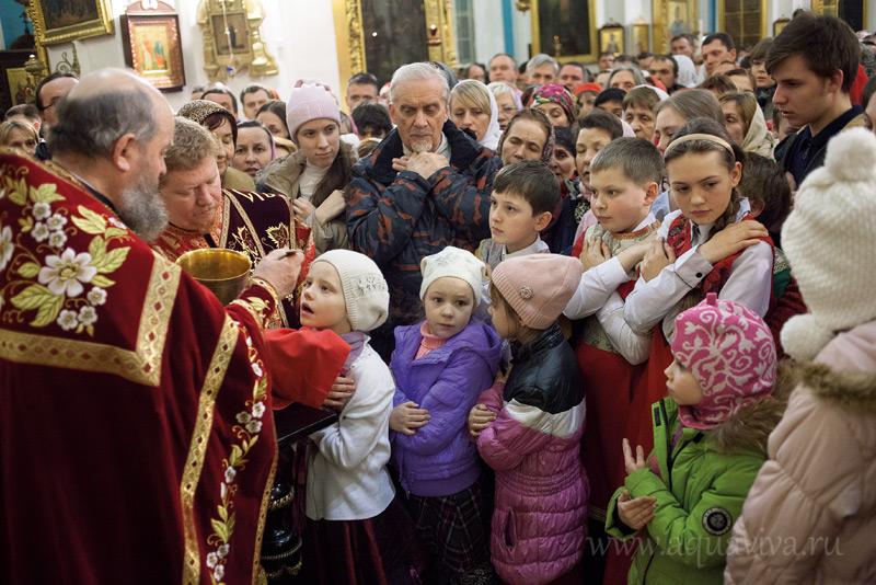 В воскресный день в храме причащаются до пятисот прихожан