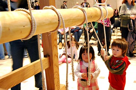 О приходе Нового года возвещают 108 ударов колокола, звуки которого доносятся в полночь из каждого храма; 2. Кадомацу — новогоднее украшение, символизирующее временное пристанище божества Нового года