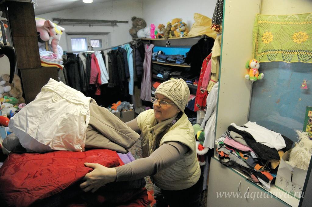 Сортировкой одежды занимается Надежда: когда-то она сама была вынуждена просить здесь помощи