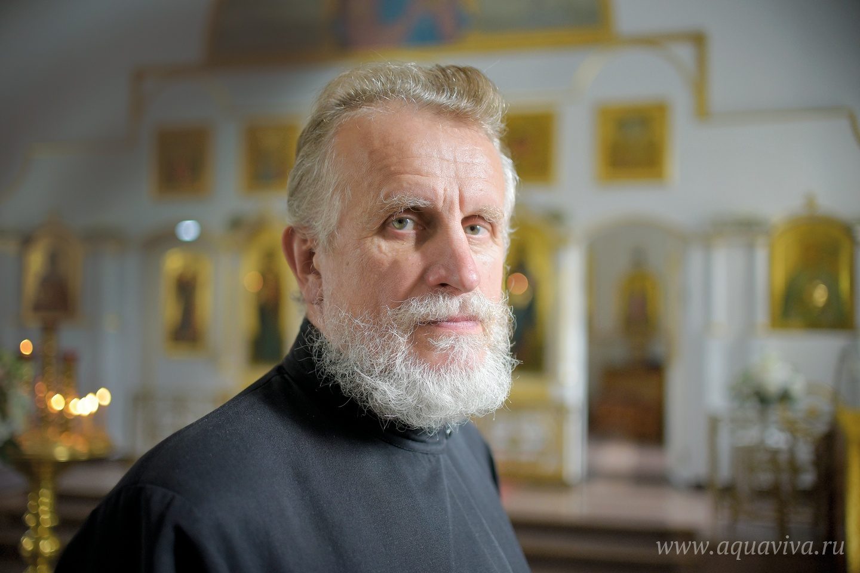 Александр Кращук, чья компания строила здание приходской воскресной школы, служит в храме чтецом