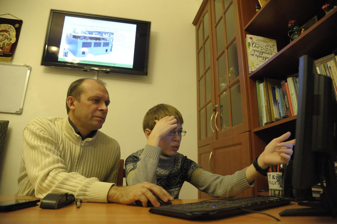 Вадим Харченко и его подопечный за подготовкой очередной научной работы