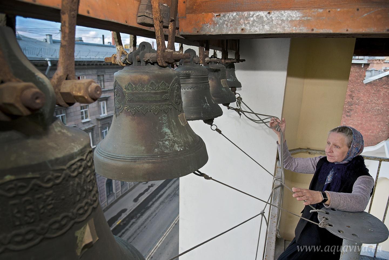 Четырехъярусная колокольня храма святой Анны Кашинской когда-то была украшена фризами, сейчас они хранятся в Музее истории Санкт-Петербурга