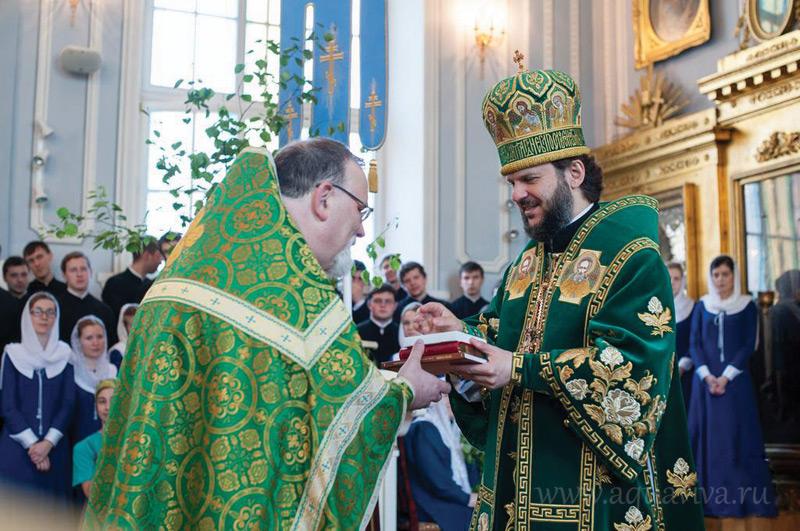 Архиепископ Петергофский Амвросий совершает чин присоединения к Православной Церкви отца Константина Симона