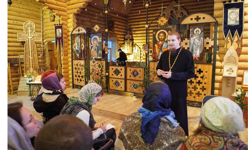 Занятия в воскресной школе для взрослых начинаются прямо в храме за полчаса до службы