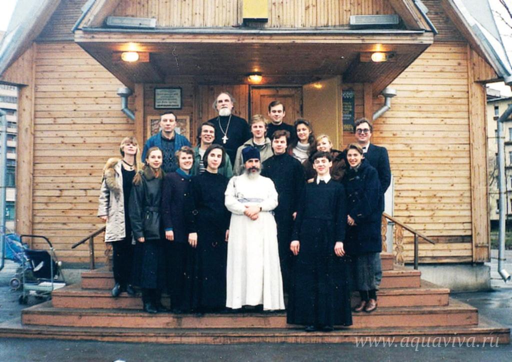 На паперти храма в 1997 году архимандрит Иринарх вместе с прежними регентом, певчими, старостой храма, а также алтарниками, один из которых ныне второй штатный священник Павел Куликов