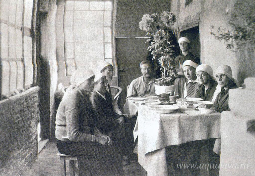 Члены Александро-Невского братства, перебравшиеся в поселок Беш-Балу под Ферганой вслед за архимандритом Гурием (Егоровым), одним из руководителей братства. 1940 год