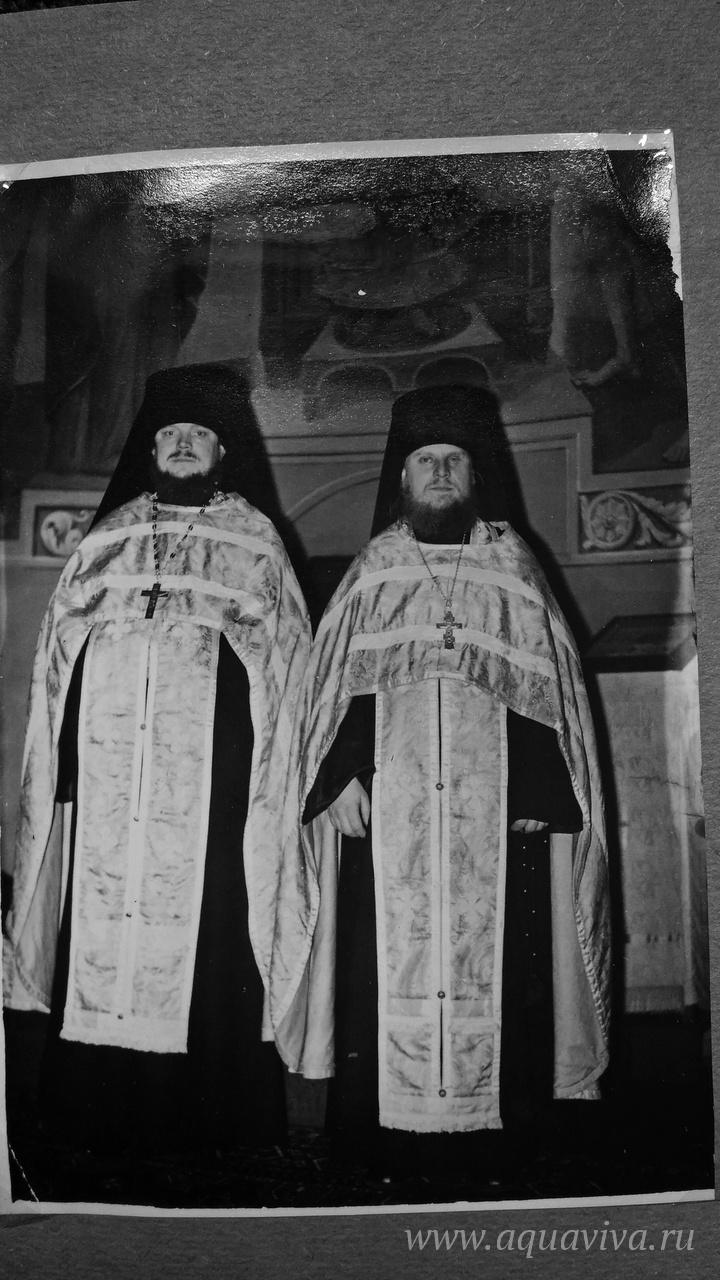 Иеромонах Гурий (Кузьмин) (слева) стал настоятелем Крестовоздвиженского храма в Ополье после иеромонаха Исидора (Кириченко), ныне митрополита Екатеринодарского и Кубанского