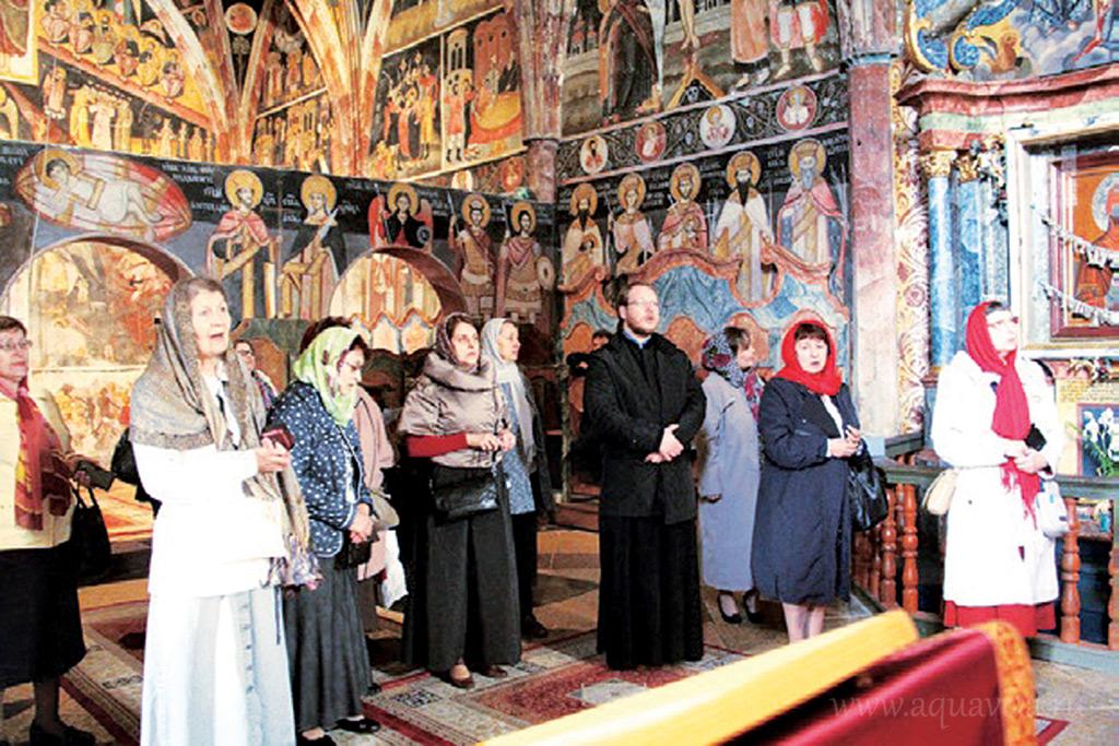 Паломники молятся за Литургией в Успенском храме в Рацкеве