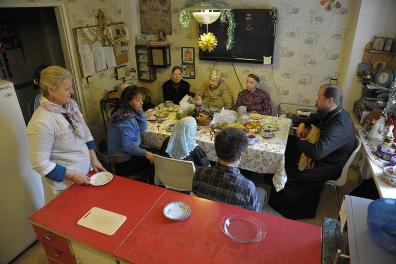 Кухня в приюте, как и в любой семье, — место общего сбора