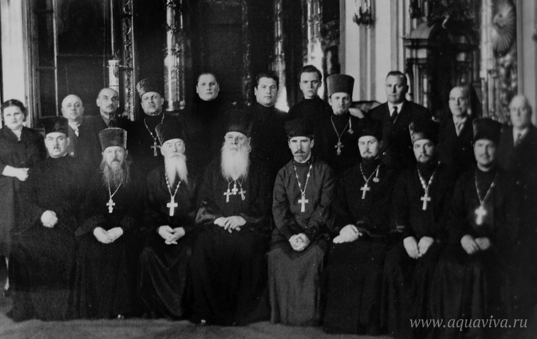 Клир Николо-Богоявленского собора. 1960-е годы. В первом ряду пятый слева — протоиерей Николай Ишунин, отец владыки Симона