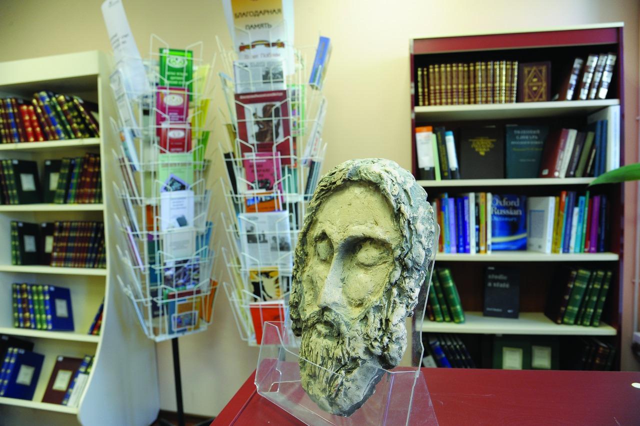 Глиняные рельефные иконы нижегородского мастера Романа Батурина открывают для слепых и слабовидящих мир иконописи