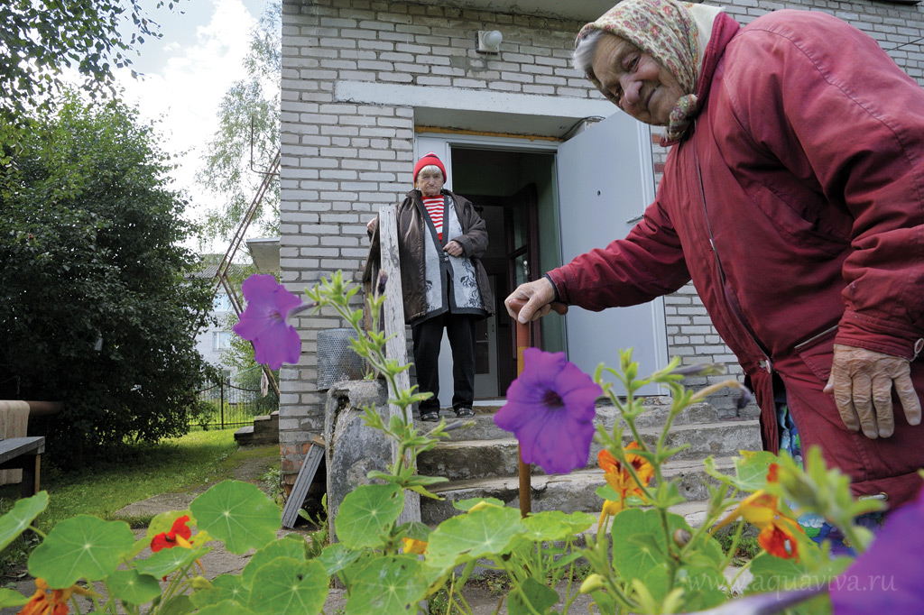 Бабушки гуляют недалеко от дома. Иногда выходят в деревню. Бывают в храме