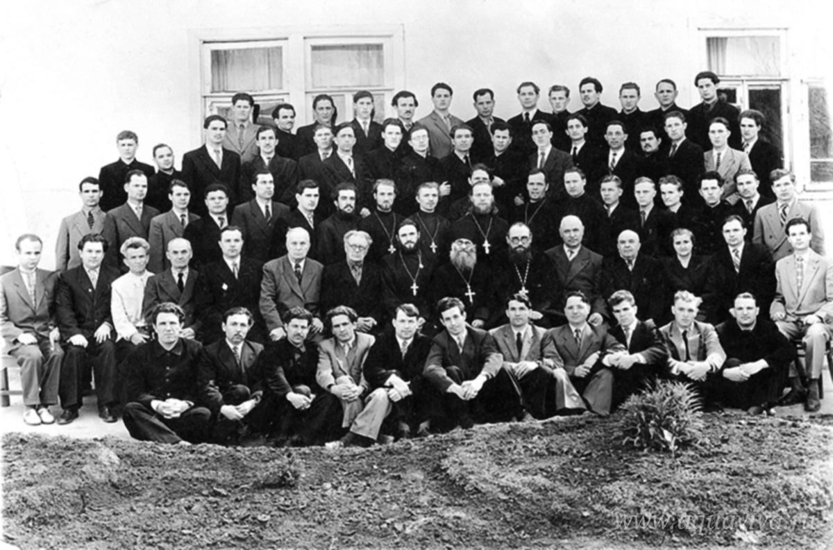 Учащиеся и преподаватели Ставропольской духовной семинарии, 1959. Семинарист Александр Муравлёв — в первом ряду пятый слева.