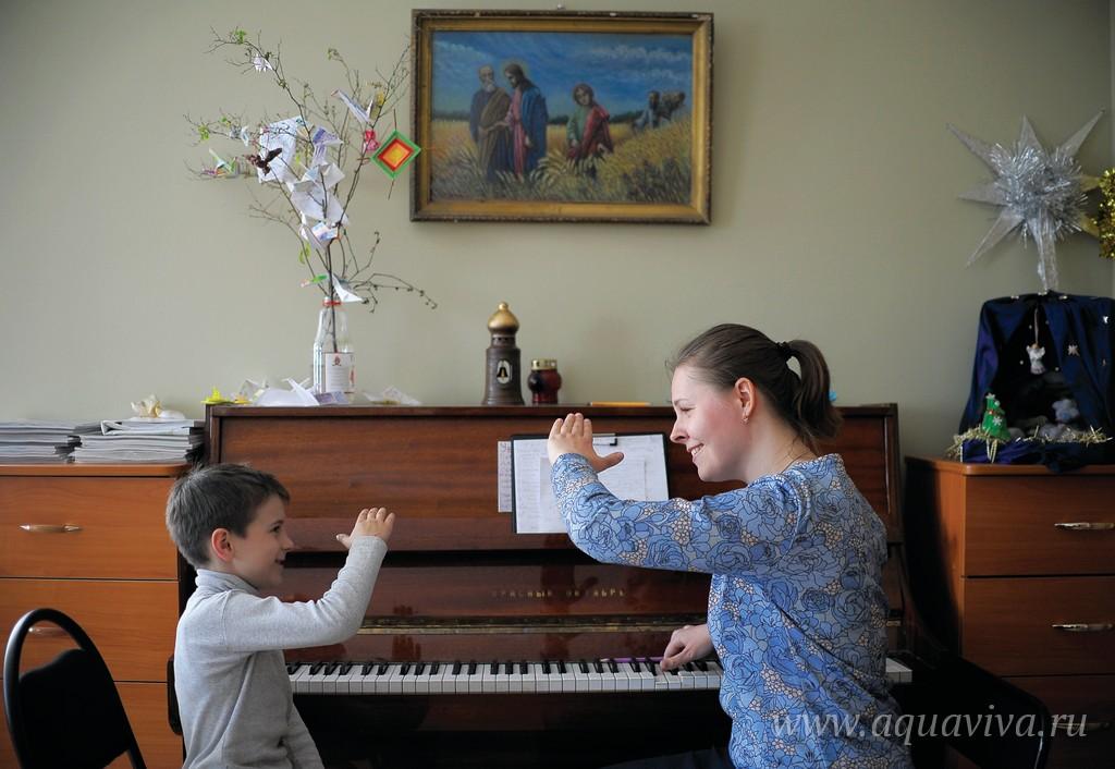 Регент молодежного хора Мария Матвеева ведет прослушивание
