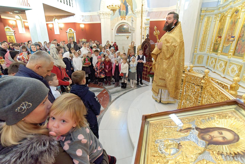 Для детей при храме открыта воскресная школа, действует детский хор