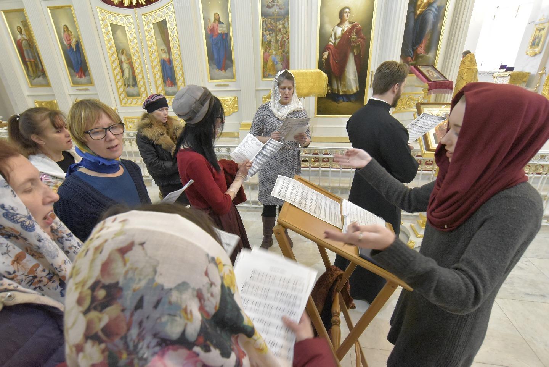 Чаще всего на богослужениях поет хор, собранный из прихожан